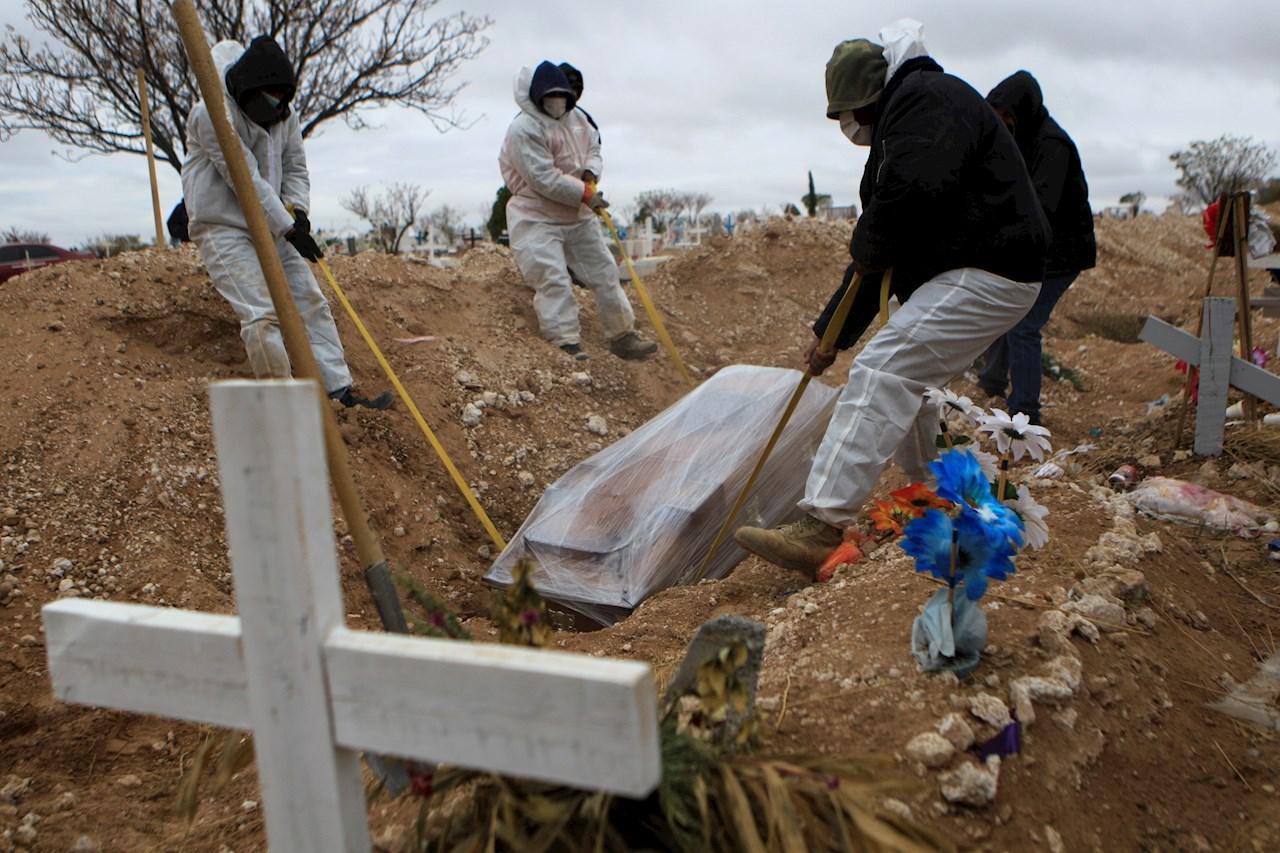 Foto del entierro de una persona con muerte por COVID-19 de México