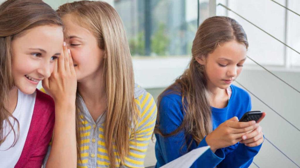 Para muchas adolescentes, estos son tiempos de atención no deseada de hombres mayores