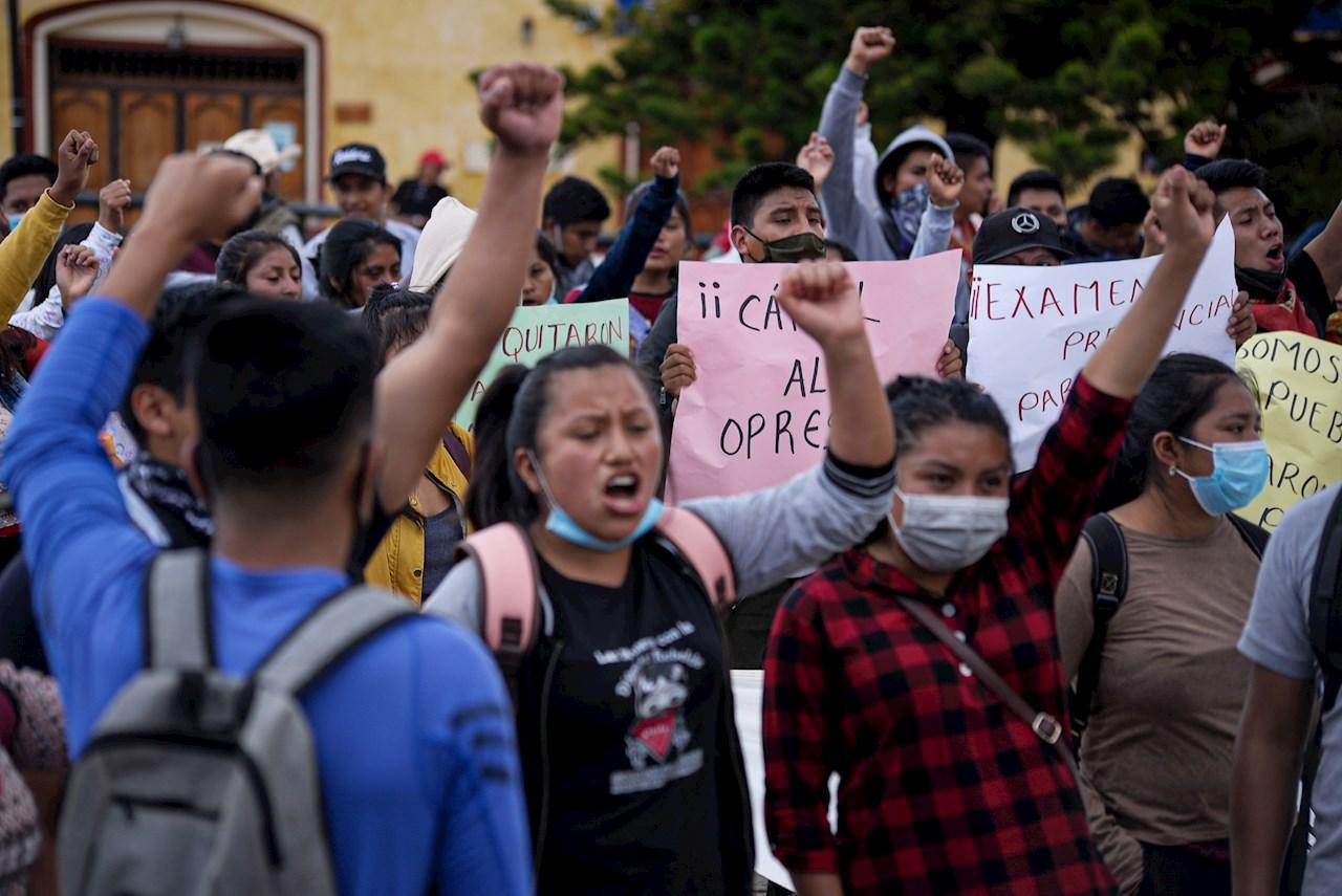 Foto de normalistas para exigir la liberación de sus compañeros detenidos en Chiapas