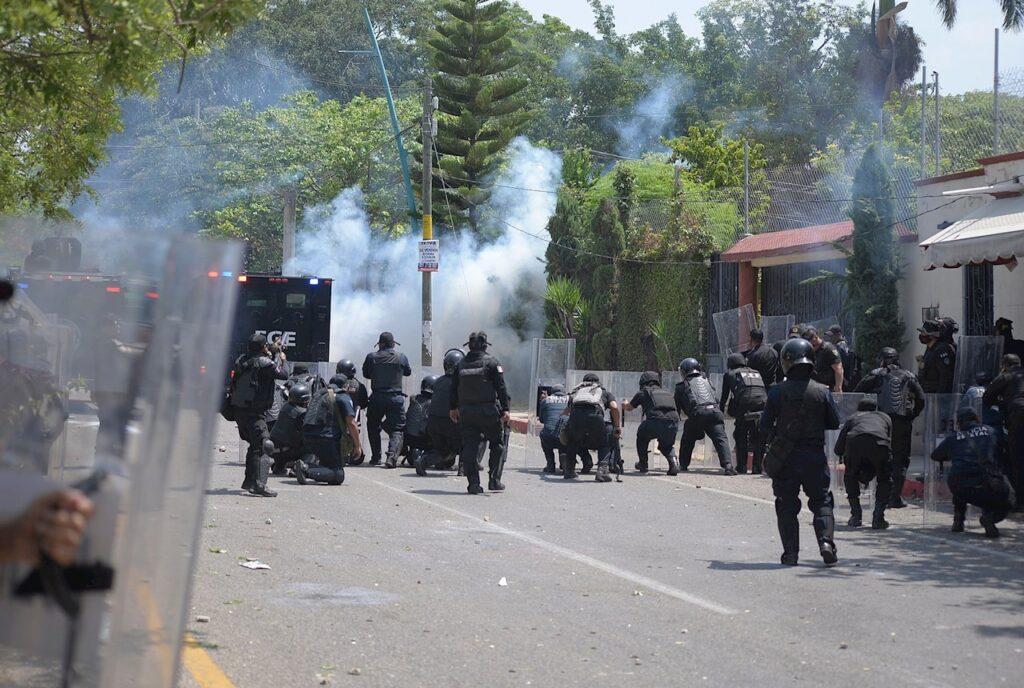 Normalistas de Mactumactzá y policías se enfrentan en Chiapas