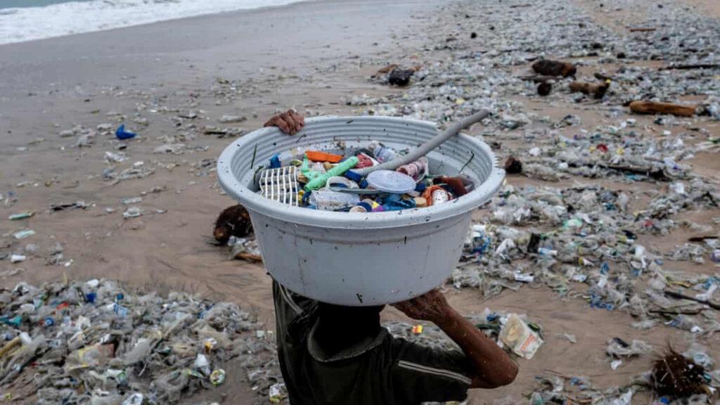 Veinte empresas producen el 55% de los residuos plásticos del mundo, revela informe