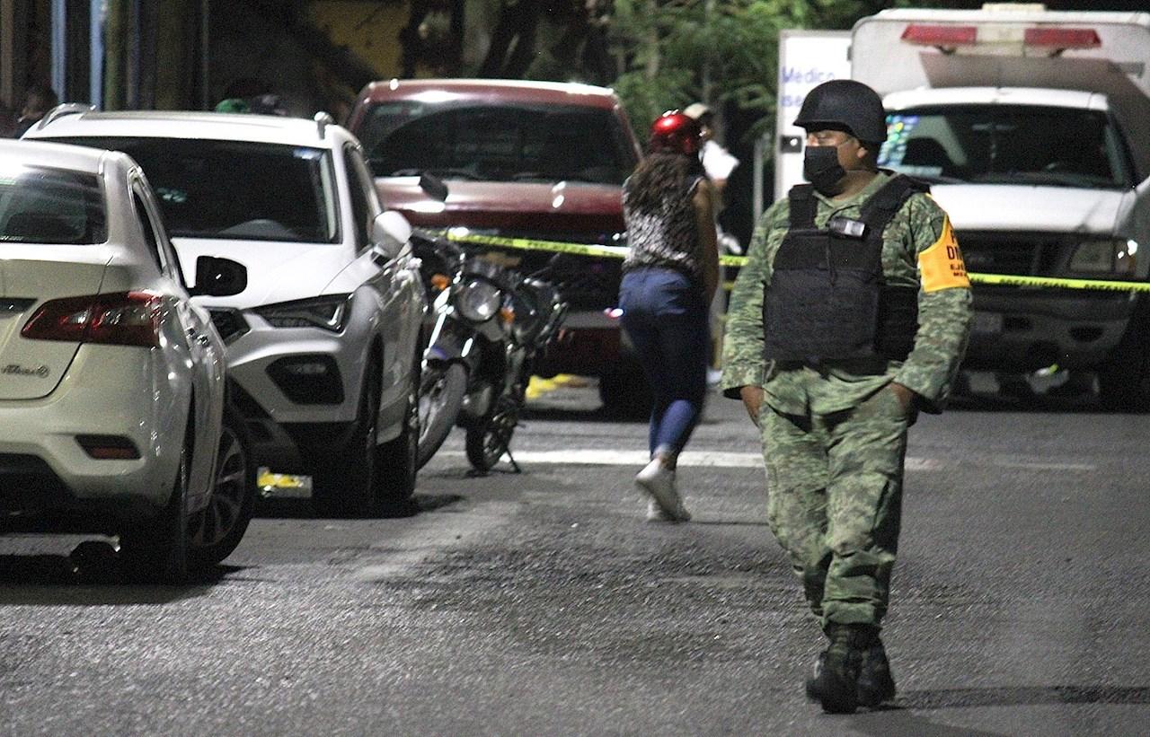 Foto de un soldado en una zona de un asesinato-violencia contra candidatas