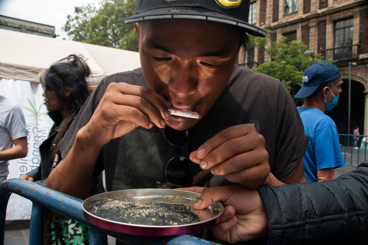 Foto de persona que hace uso lúdico de la marihuana