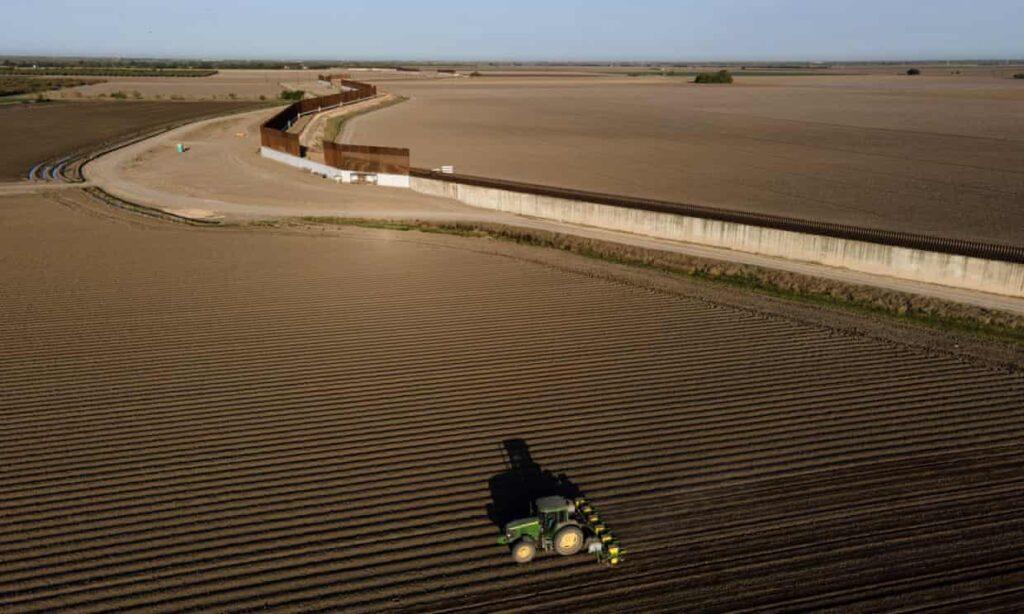 Texas construirá un muro a lo largo de su frontera con México, dice gobernador