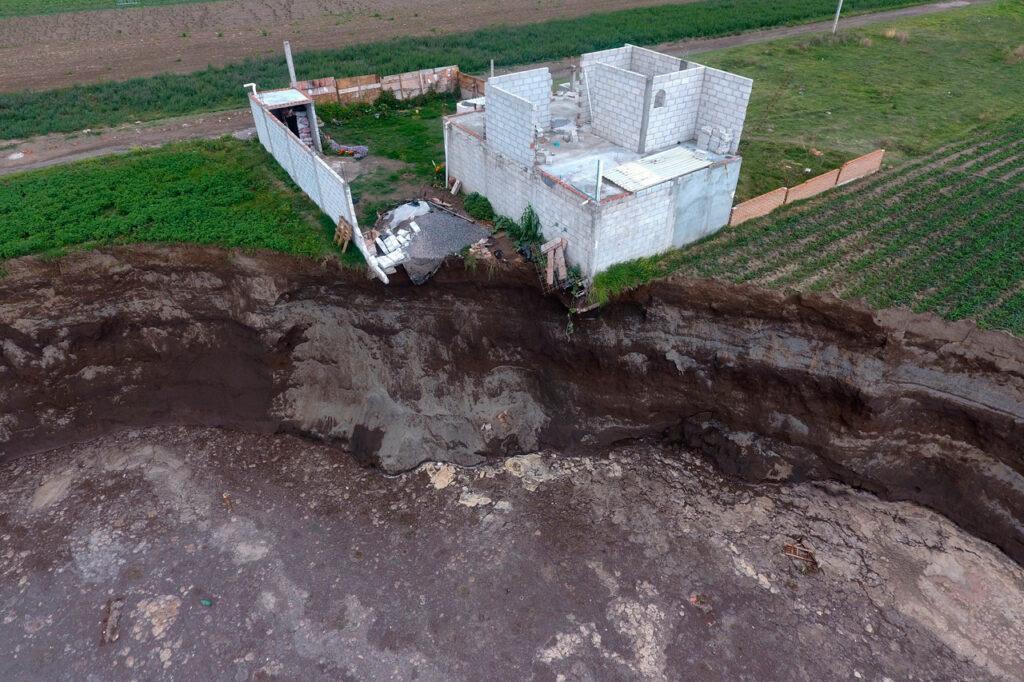Fotogalería: El socavón de Puebla se extiende y derrumba parte de una casa