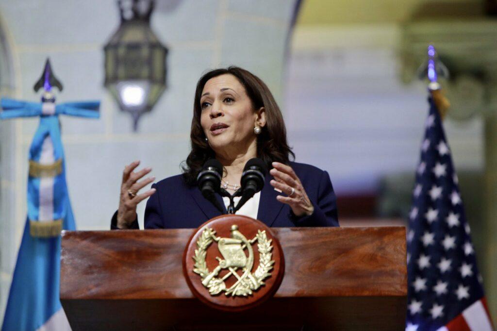 La demócrata Alexandra Ocasio-Cortez condena a Kamala Harris por decir a los migrantes guatemaltecos que no vayan a EU