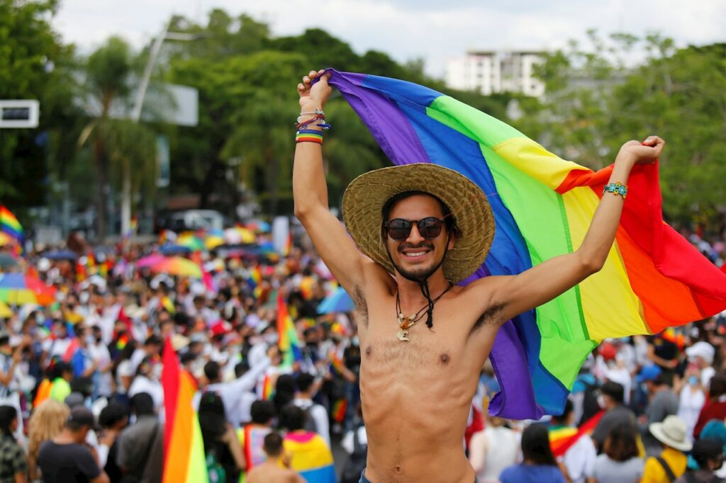 Balenciaga, Puma, Ralph Lauren… la moda se viste con el arcoíris LGBT+