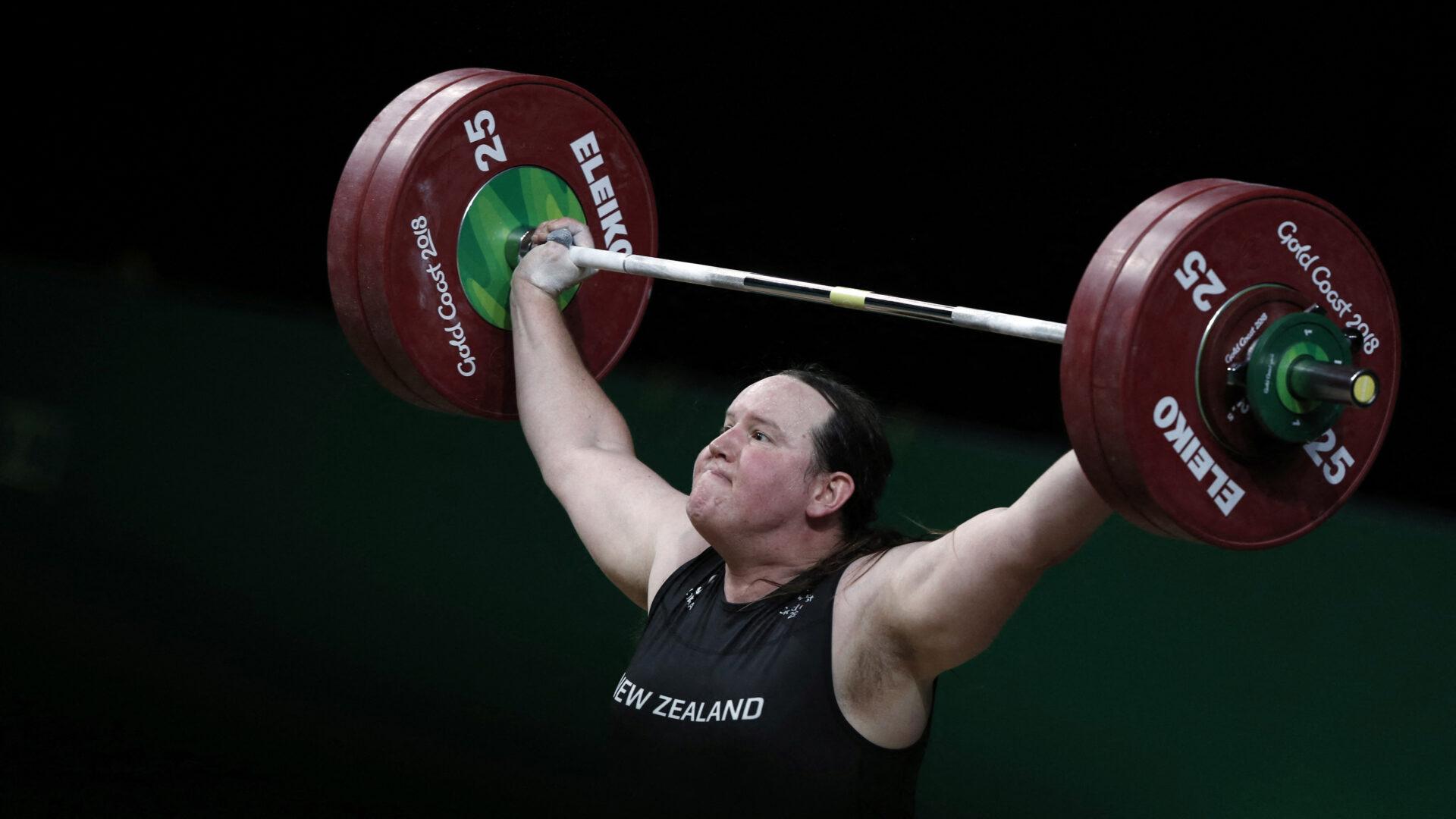 Fot de Laurel Hubbard cargando pesas