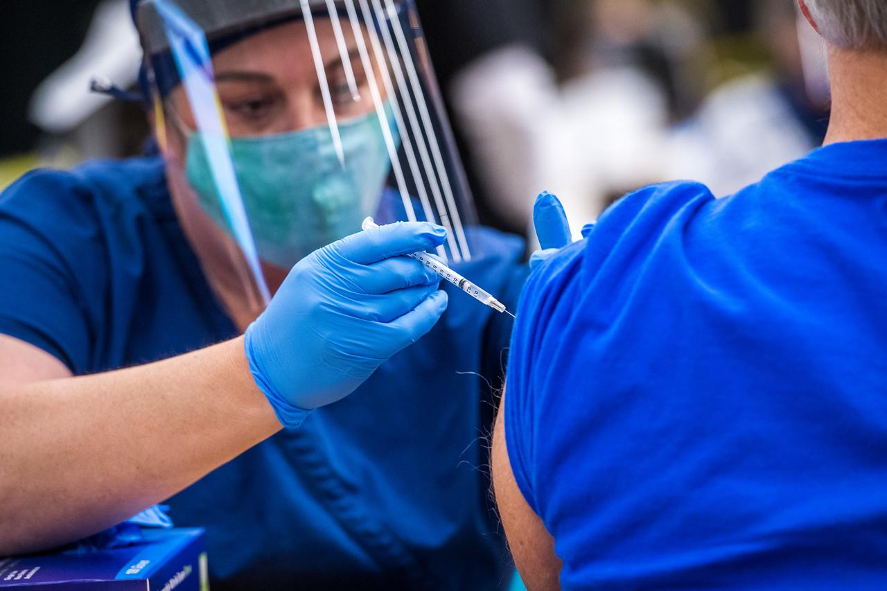 EU pide a personas no vacunas aplicarse alguna de las dosis disponibles
