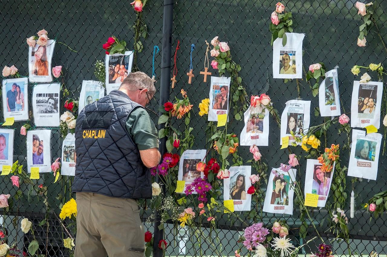 Foto de memorial en la zona del derrumbe en Miami