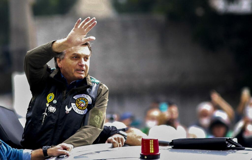 Bolsonaro es multado por no usar cubrebocas en la marcha que encabezó