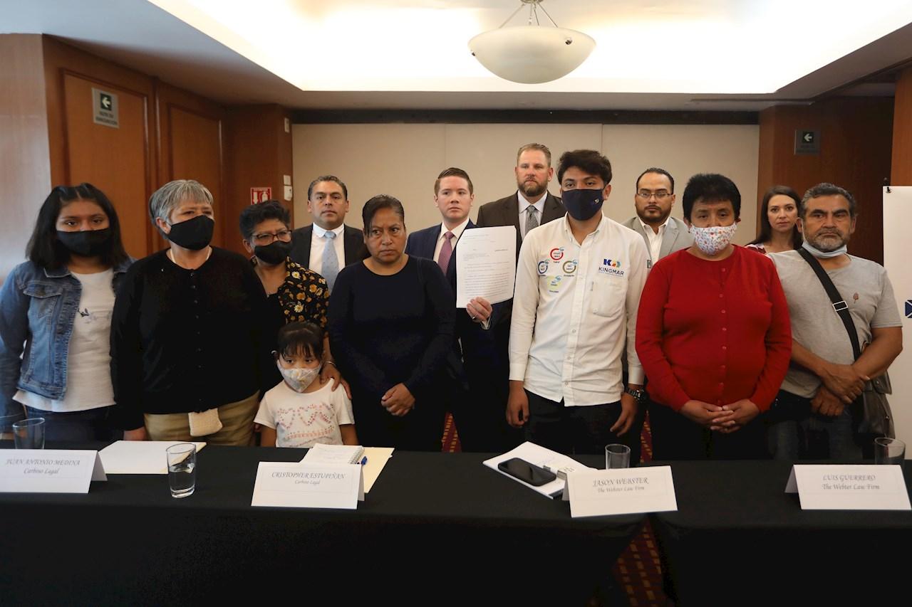 Foto de familias y abogados de víctimas de la línea 12
