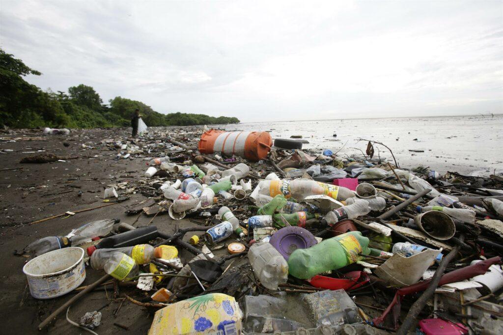 Pandemia de Covid-19 redujo un poco la producción de plástico