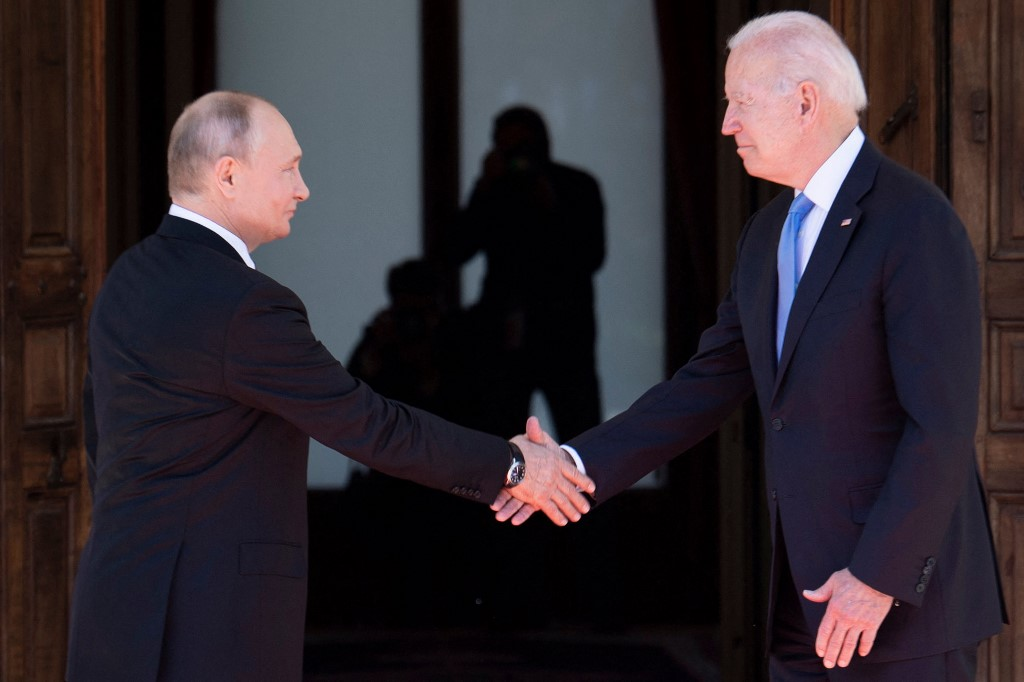 Foto de Biden y Putin al iniciar la cumbre