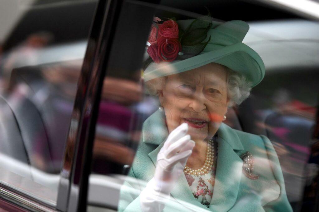 La reina Isabel II asiste a carrera de caballos después de dos años