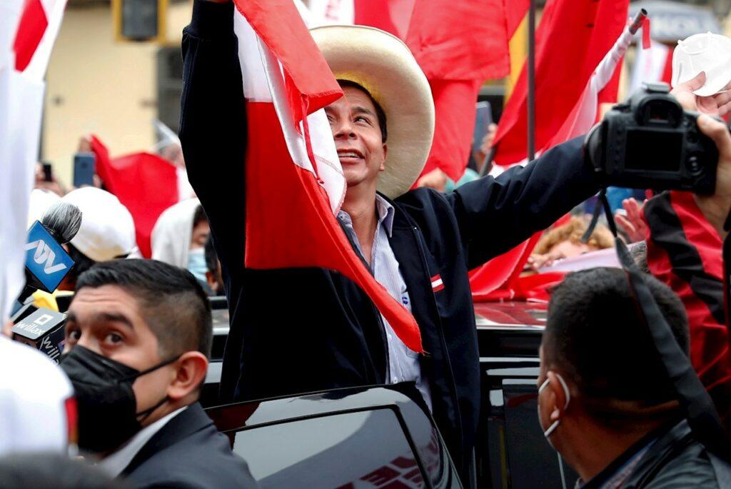 Castillo adelanta a Fujimori por primera vez en el conteo de la presidencial de Perú