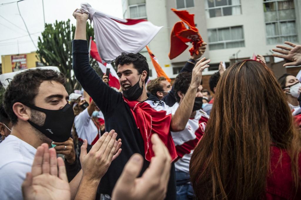 Partidarios de Fujimori y Castillo protestan ante órgano electoral