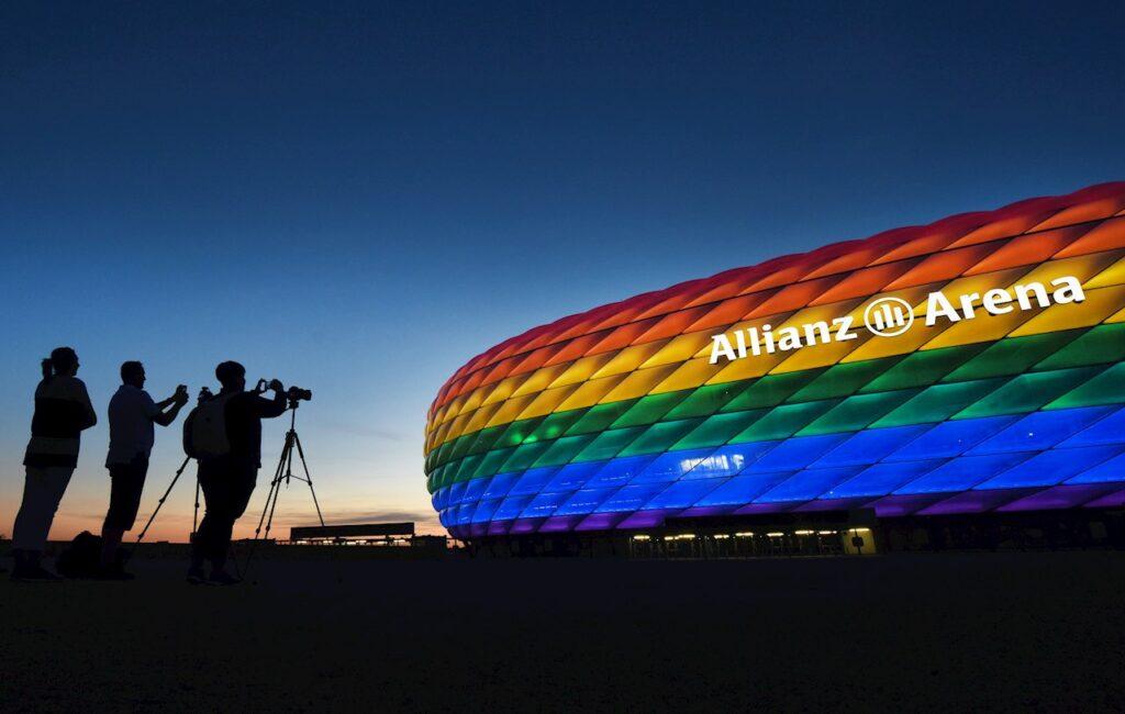 Tarjeta roja a la UEFA por oponerse a la protesta LGBT+ del Allianz Arena