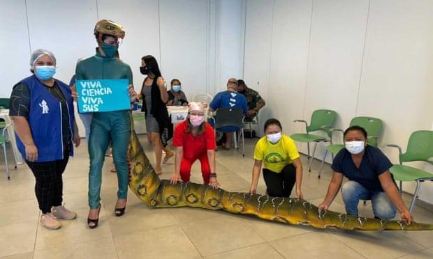 Como protesta, brasileños enojados se visten de reptiles para recibir la vacuna anticovid