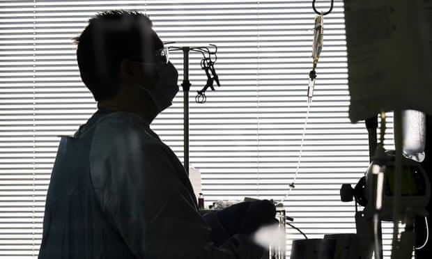 'Es demasiado tarde': médico de EU dice que los pacientes moribundos suplican por la vacuna anticovid