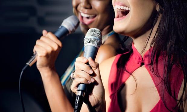 Los aficionados del karaoke, felices tras el levantamiento de las restricciones en Inglaterra