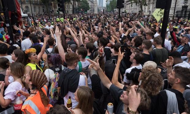 La reapertura de Inglaterra es una amenaza para el mundo, dicen 1,200 científicos