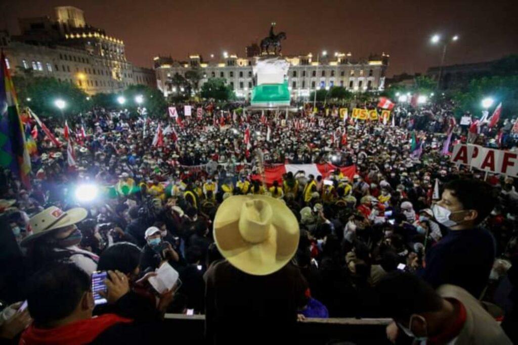 Perú vive en incertidumbre a un mes sin presidente