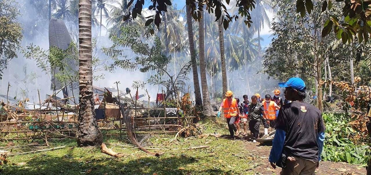 Foto de Rescatistas en la zona del accidente del avión en Filipinas