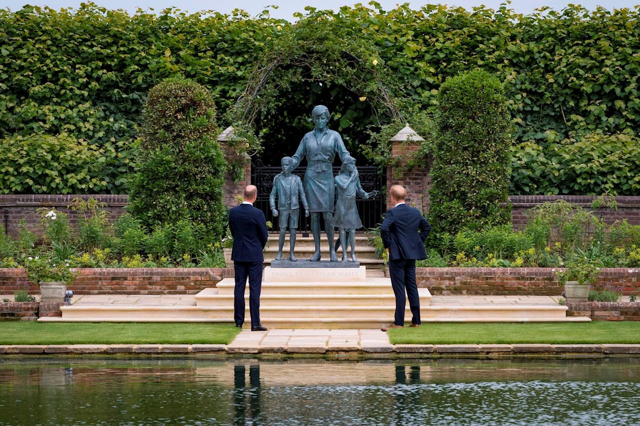 Foto de la develación de la estatua en honor a Diana