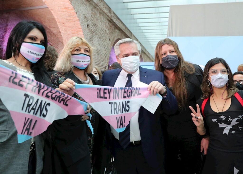 Argentina establece, por ley, cupo laboral a personas LGBT+ en el sector público