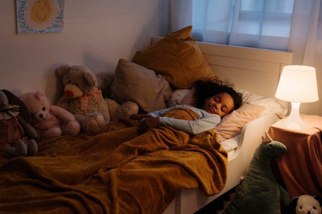 ¿Tu hijo moja la cama con frecuencia? Puede tener enuresis
