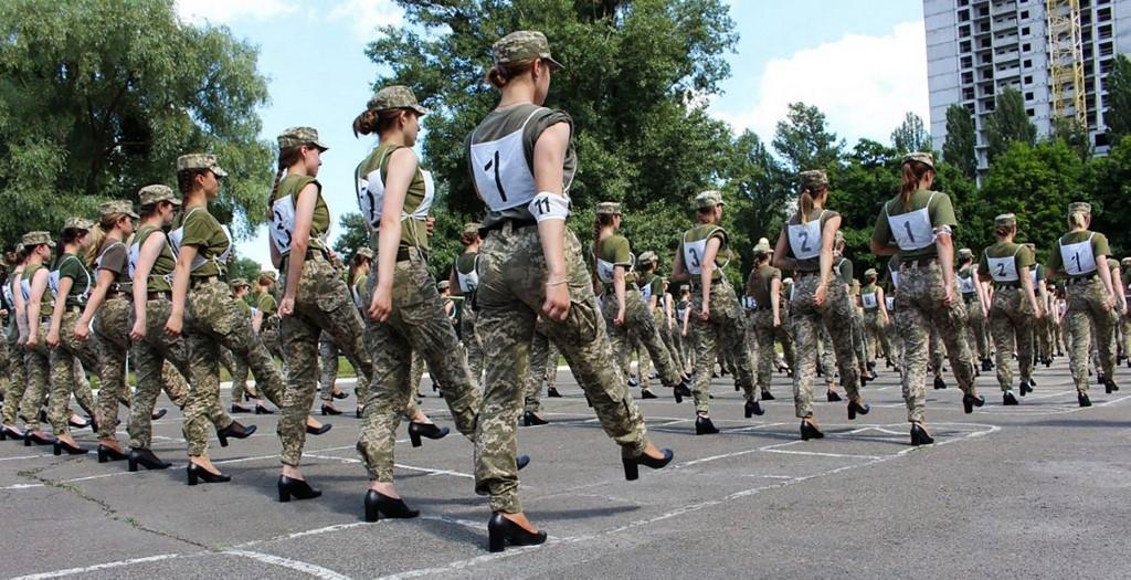 mujeres soldados en Ucrania desfilarán en tacones