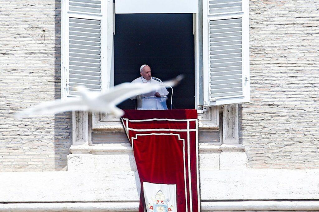 El papa Francisco es hospitalizado para operarlo de un problema de colon