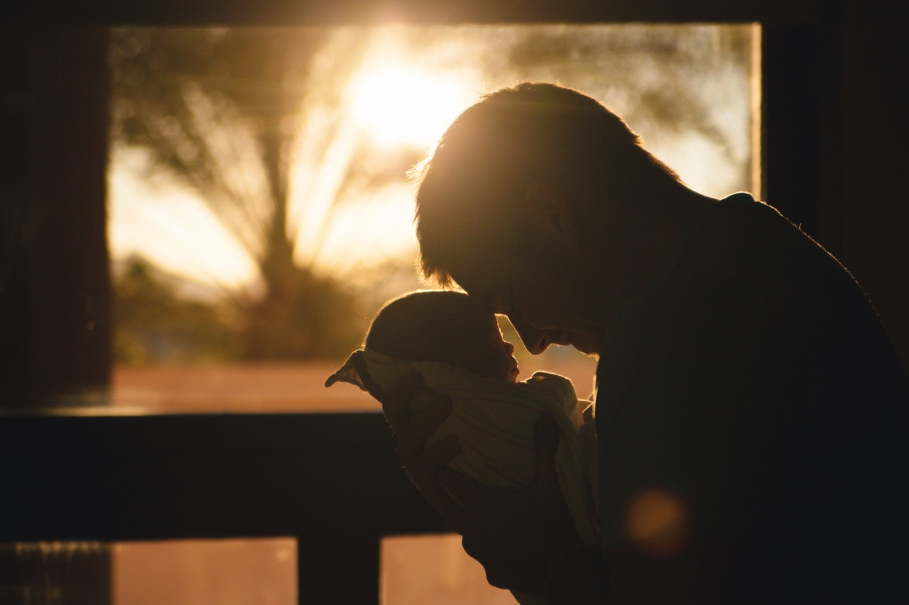 los papás también pueden tener depresión postparto