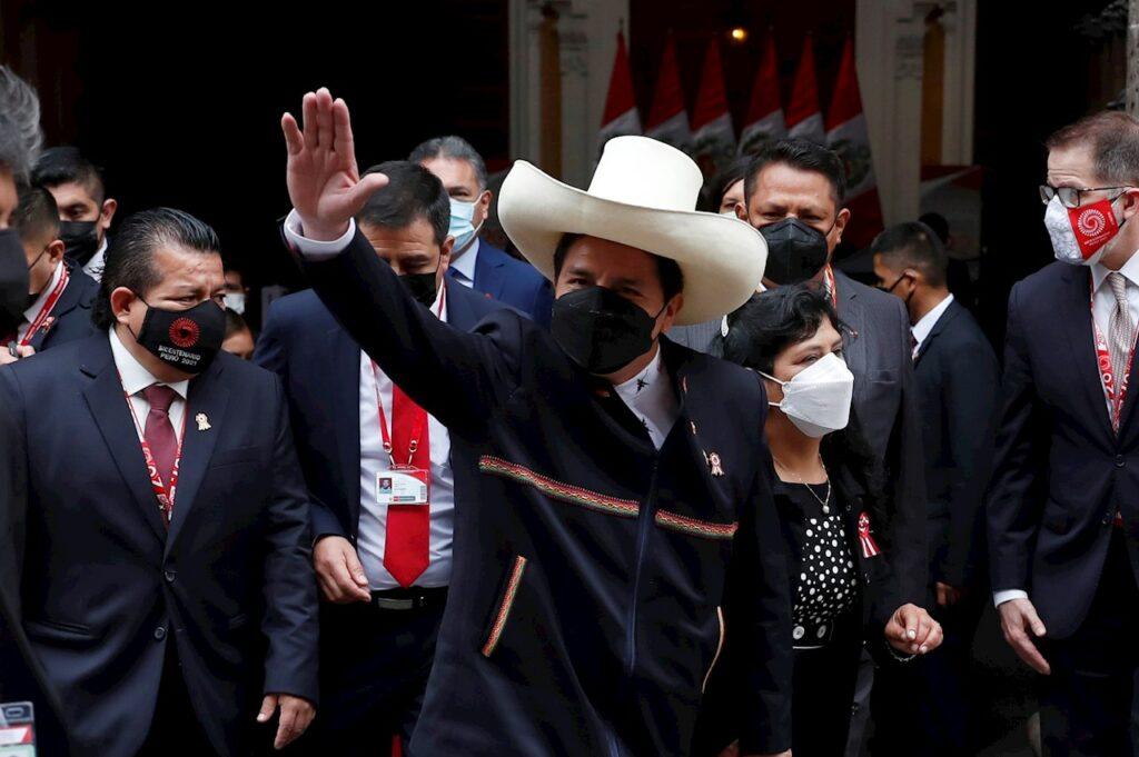 El maestro rural Pedro Castillo asume la presidencia de Perú