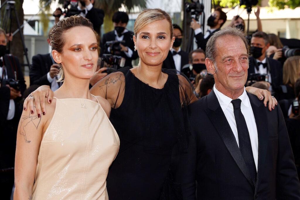 Julia Ducournau recibe la Palma de Oro del Festival de Cannes por su película 'Titane'