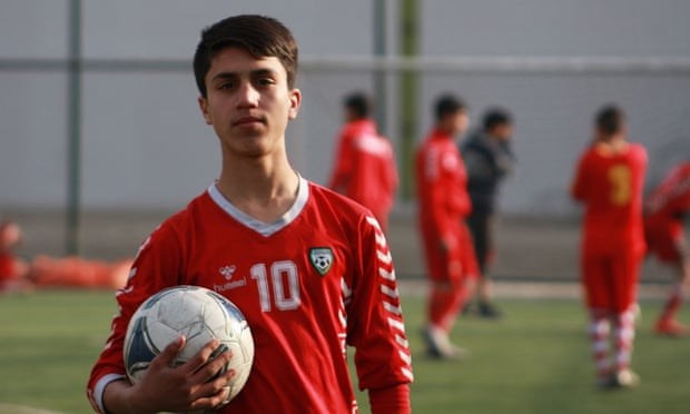 Futbolista afgano murió al caer de un avión estadounidense que salía de Kabul