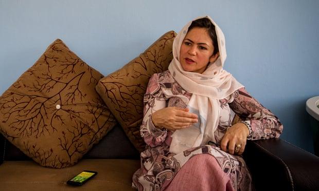 Retrasar la salida de EU un mes podría haber significado la paz en Afganistán, dice negociadora