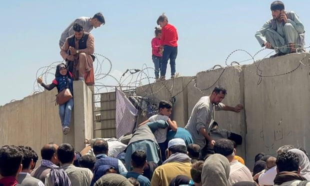 'No dejábamos de escuchar disparos': mi caótica fuga del aeropuerto de Kabul