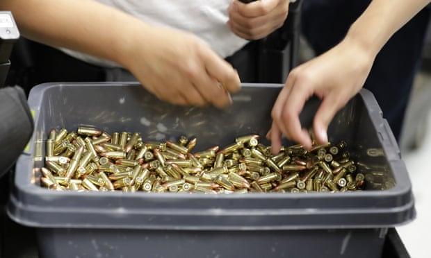 'Abuelas comprando escopetas': los distribuidores de EU ven escasez de municiones a medida que aumentan las ventas