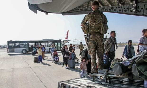 'Por favor, ayúdenos a salir': la difícil situación del chef afgano que trabajó en la embajada británica