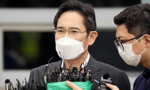El desprestigiado jefe de Samsung es liberado antes de tiempo de la prisión de Corea del Sur