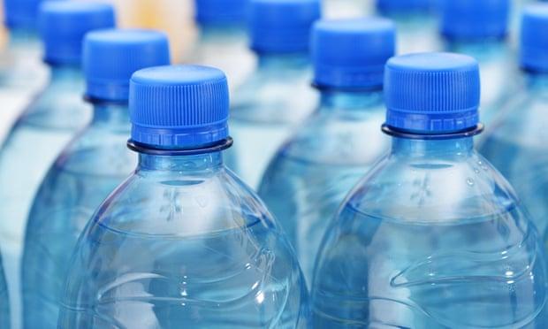 El impacto ambiental del agua embotellada es 'hasta 3,500 veces mayor que el del agua de la llave'