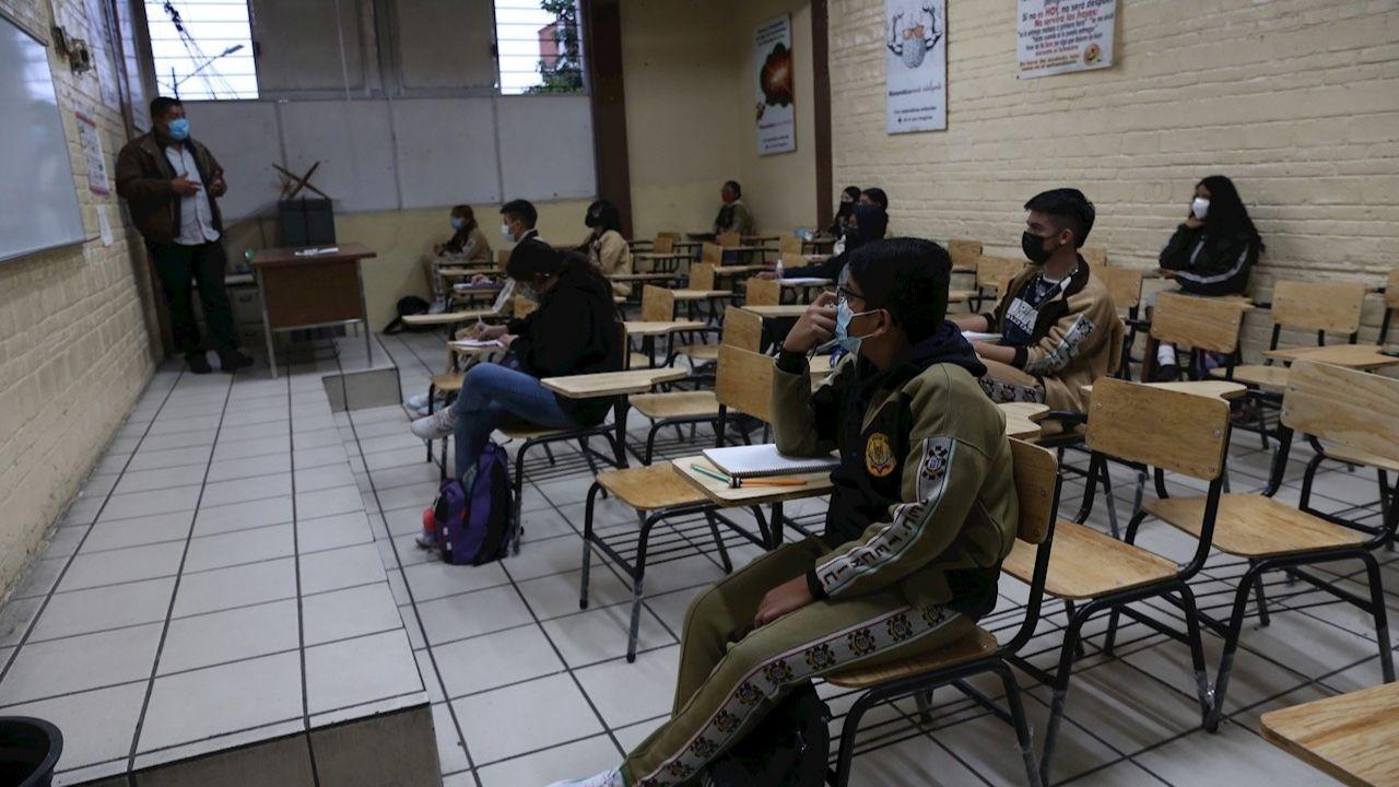 Escuelas en CDMX regresan con clases a distancia sin internet ni computadoras