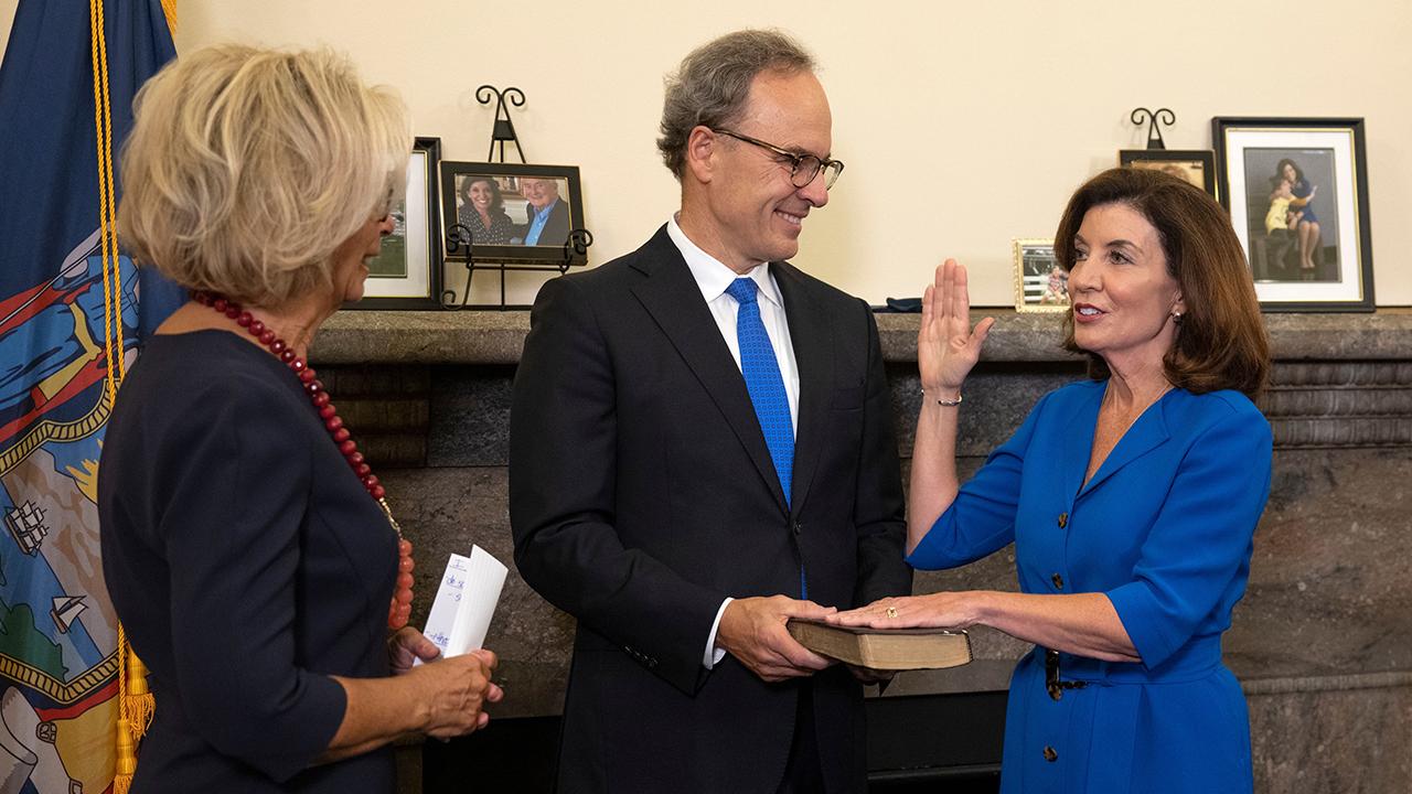Kathy Hochul es la primera mujer en gobernar NY tras la salida de Cuomo
