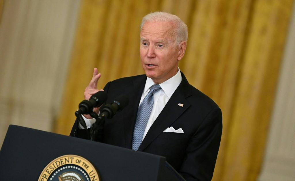Biden justifica retiro de tropas de Afganistán y advierte no las arriesgará más