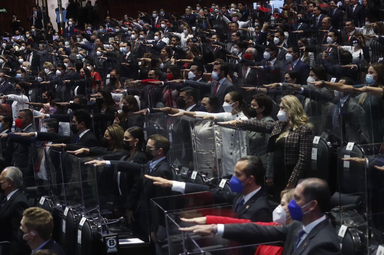 Entre gritos, los diputados toman protesta para formar la LXV Legislatura