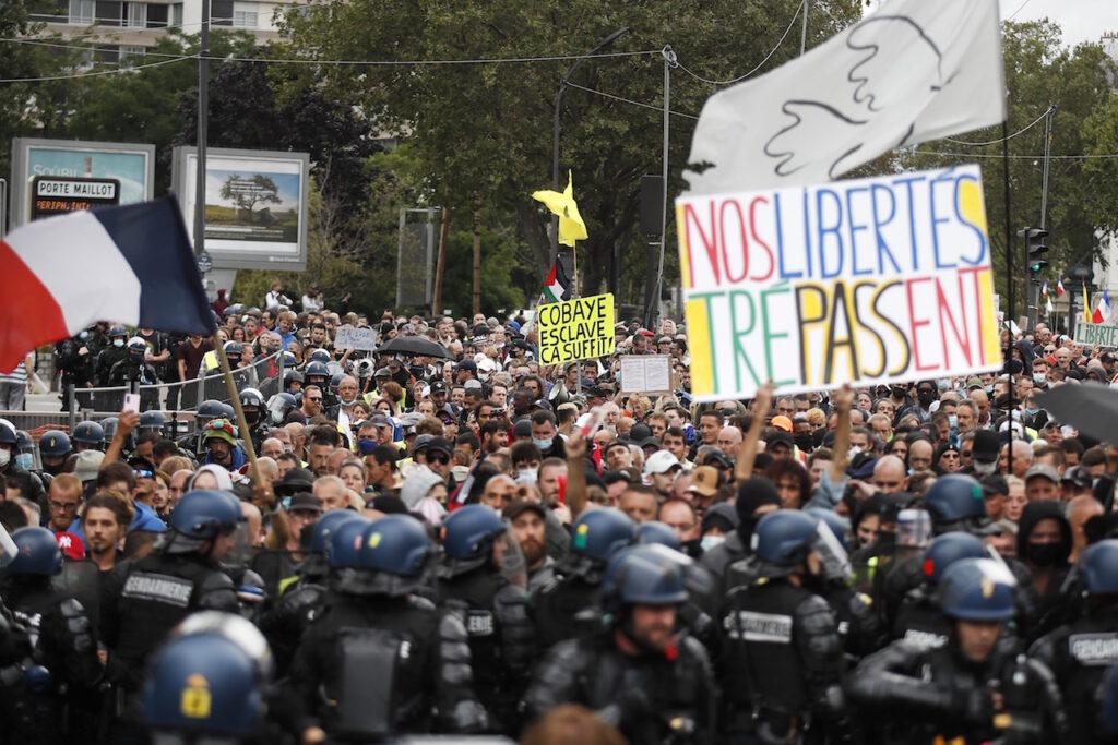 Manifestantes protestan contra el uso del pase sanitario en Francia