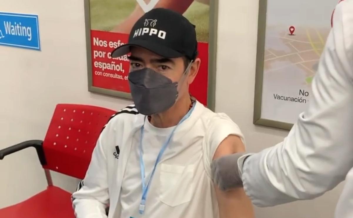 Toño Mauri recibe tercera vacuna contra covid, ¿pero qué sabemos de este refuerzo?
