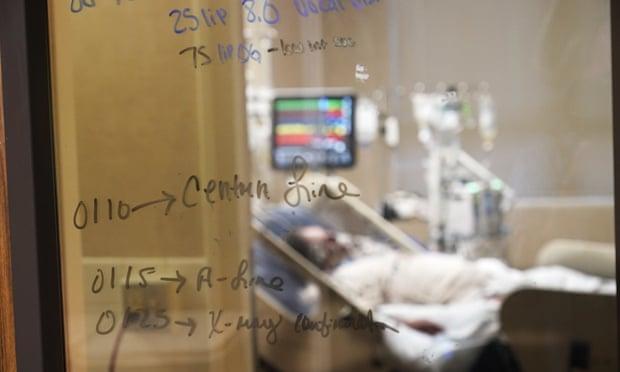 Médicos militares refuerzan los equipos de salud agotados en EU en medio de la ola de Covid-19